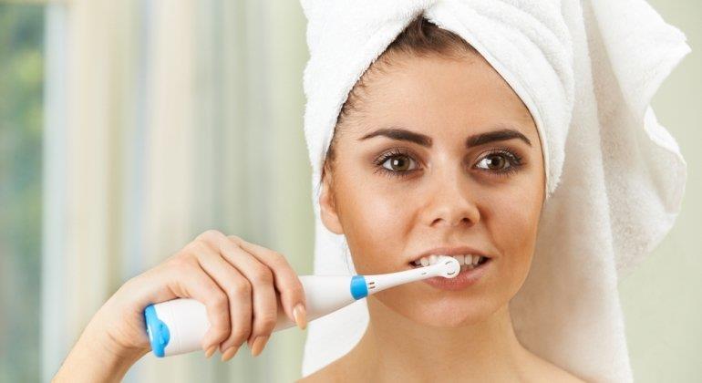 Saubere Zähne zum kleinen Preis. Das können günstige Elektrozahnbürsten