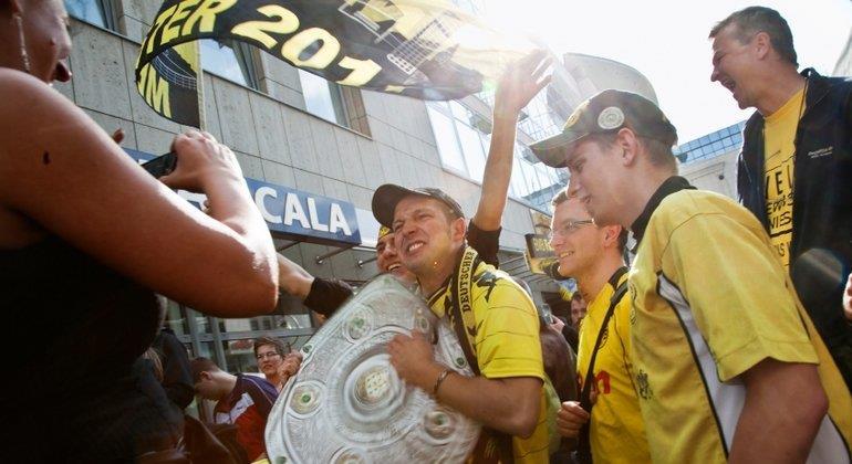 Nicht nur Fans von Borussia Dortmund kommen durch den Preisvergleich günstiger ans Fantrikot.